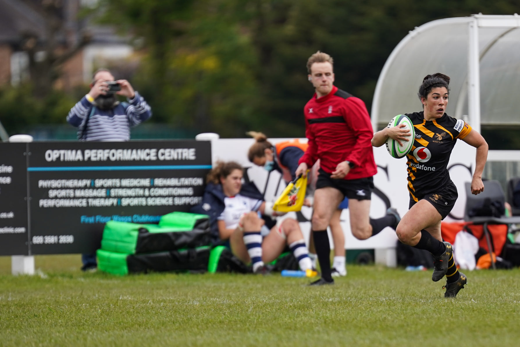 Wasps Captain Kate Alder runs in a try